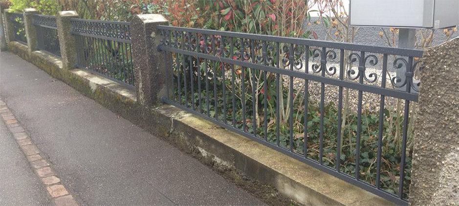 Ein klassisches staketen zaun aus eisen mit verzierung - Zaun schmiedeeisen ...