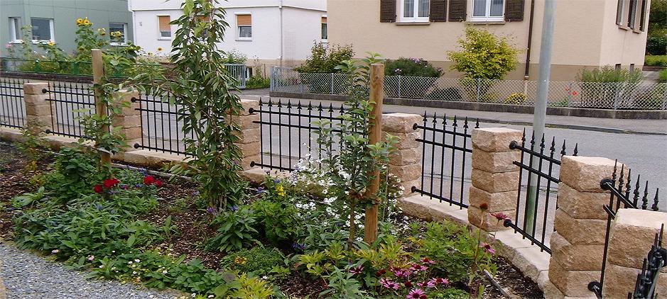 Ein klassisches staketen zaun aus schmiedeeisen - Zaun schmiedeeisen ...